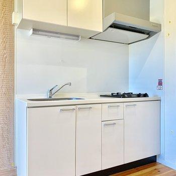 白が基調のキッチン。
