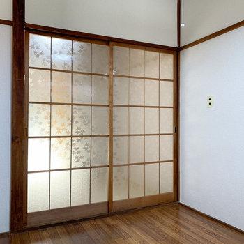 【キッチン】柔らかな光が和室から。