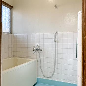 浴室は水色の床で爽やかに。