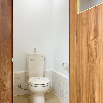 トイレは天井も高めです。