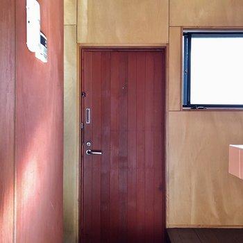 玄関の扉も木製でかっこいい!(※写真は清掃前のものです)