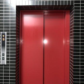 エレベーター真っ赤でかわいい