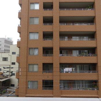 眺望は向いのマンションです ※写真は別部屋4階のもの