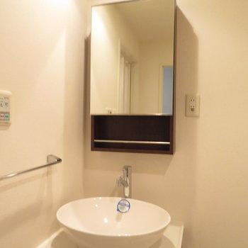 丸みを帯びた洗面器がいい雰囲気を ※写真は別部屋のもの