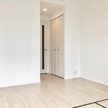 クローゼットは入り口に。※写真は7階同間取り・別部屋のものです。