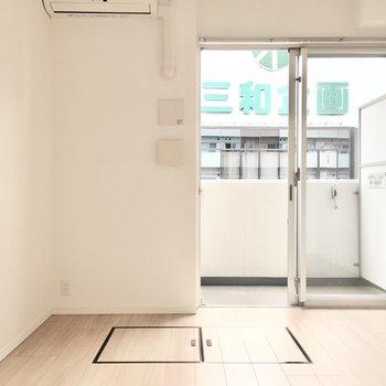 白ベースの明るい空間。※写真は7階同間取り・別部屋のものです。