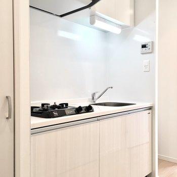 キッチン横には冷蔵庫スペースもありますよ。※写真は7階同間取り・別部屋のものです。