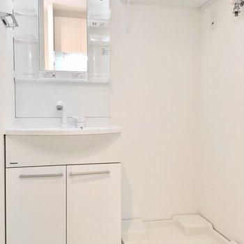 洗面台と洗濯パンはお隣どうし。※写真は7階同間取り・別部屋のものです。