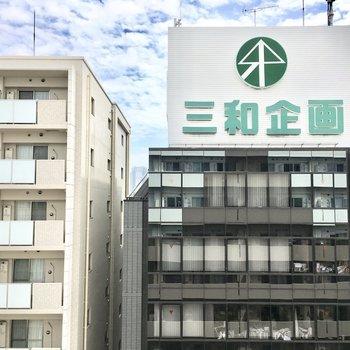 眺望はお向かいのオフィスビル。※写真は7階同間取り・別部屋のものです。