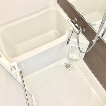 お風呂には大きなミラーと浴室乾燥機付き!※写真は7階同間取り・別部屋のものです。