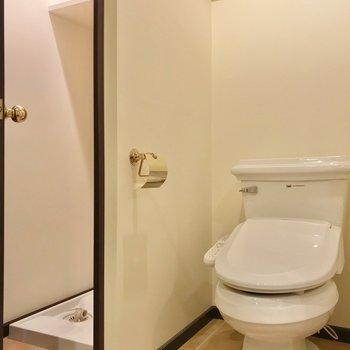 洗濯機も扉で隠せますよ。隣にトイレがあるのでいつでも綺麗にしておきたいですね。