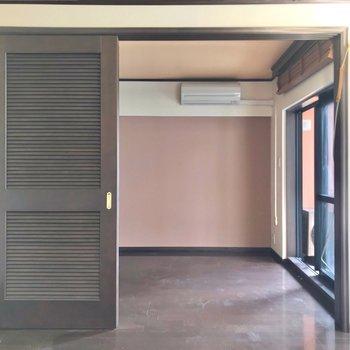 隣は4.2帖の洋室。大きなベッドも入りそうです。