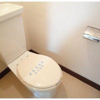 シンプルなタンクトイレ。