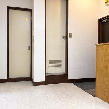 トイレや浴室など各設備への扉が。
