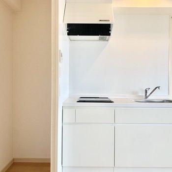 左横が冷蔵庫置き場。サイズはしっかりチェック◎
