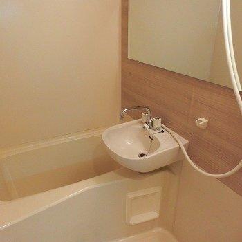 お風呂、洗面台は既存。木目調のシートに大きな鏡を設置※写真はイメージです
