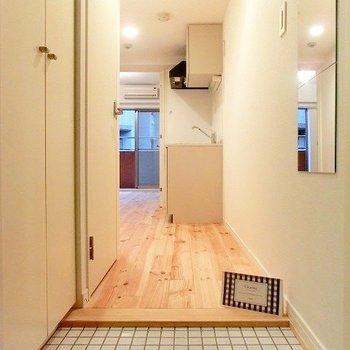 白タイルが可愛らしい玄関先※写真はイメージです