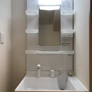 独立洗面台!お気に入りのコスメを置いちゃおう※写真は同間取り別部屋