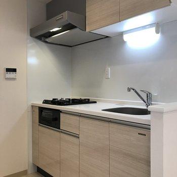 システムキッチンと立派な換気扇!※写真は同間取り別部屋