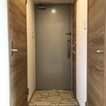 玄関は充分なスペース※写真は同間取り別部屋