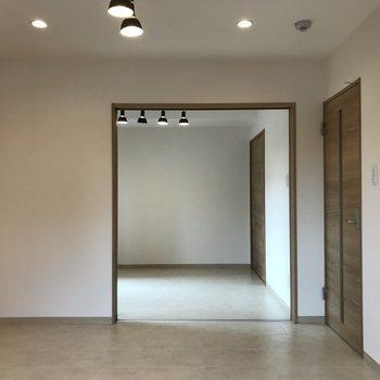 隣の洋室との間には仕切り戸があります。開けておくと開放感ありますね※写真は同間取り別部屋