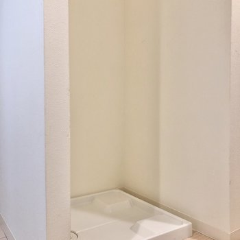 横には洗濯機置き場があります。つっかえ棒でカーテンをつけて目隠しもできそう。