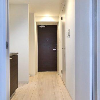 廊下に出ると、シックな玄関がこんにちは、