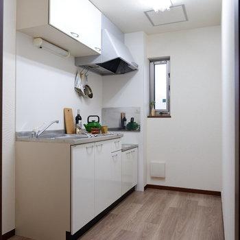 キッチン横に冷蔵庫置き場、背面には棚など置けそうなスペースがあります。