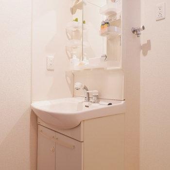 コンセント付きの独立洗面台です。