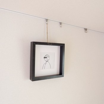 フォトレールは天井に付いているシンプルなデザインなので、絵をしっかり引き立てます。