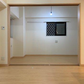 【洋室5帖】リビング横の洋室はペンダントライトでこだわりを感じます