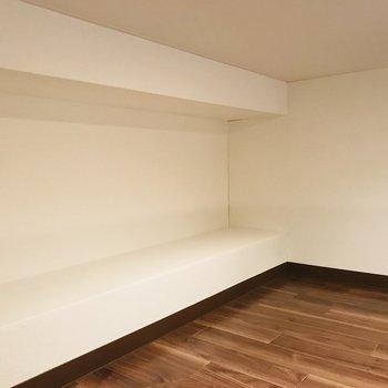 壁のデザイン的にちょっとした物を置けそう