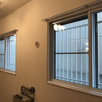 窓は大きめ 眺望は隣の建物