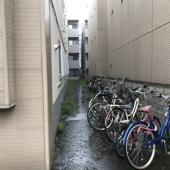 自転車置場は建物横
