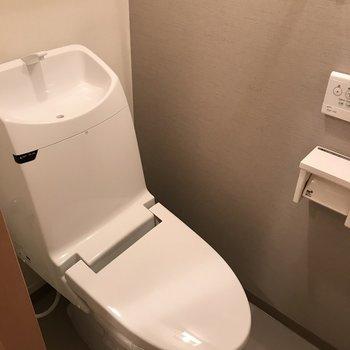 おトイレも最新式でピカピカ