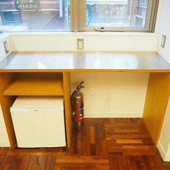 小さなテーブルと冷蔵庫が付いています