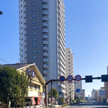 大通りに面した高さのある建物。