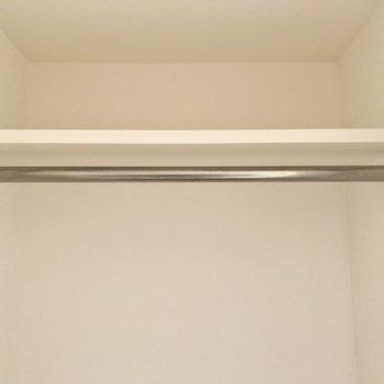クローゼットは洗面所の向かいに。上には収納棚とハンガーラック。