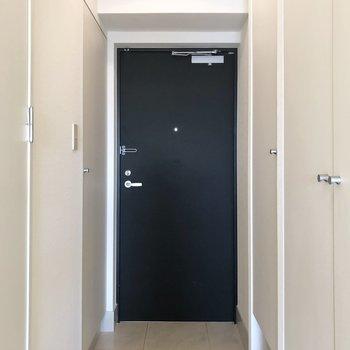 玄関の扉も黒色。玄関スペースは広めなので何足か玄関に置いておけます。
