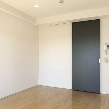 ブラウンと白のクロスに、黒の扉がアクセントに。