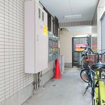 廊下が広いからか、自転車が置かれていますね。