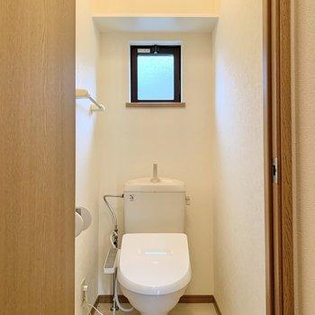 トイレは落ち着く個室。棚には予備のトイレットペーパーを。