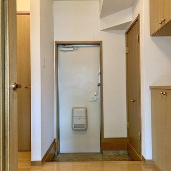 玄関前はゆったり。玄関マットを敷いて彩りをプラスしたくなります。