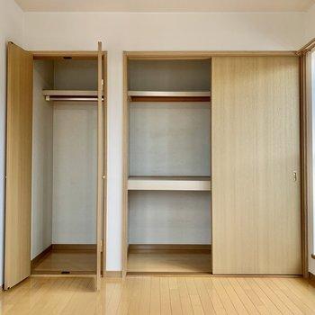 【洋室】収納は2つ。丈の長い洋服も掛けられますよ。