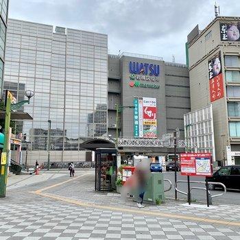 東口側にはスーパーや飲食店などがあり、賑わっています。