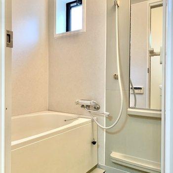 鏡と棚があるので洗顔もしやすいです。
