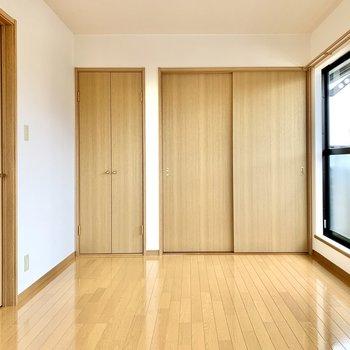 【洋室】内装は白と茶色でシンプル。柄が特徴的なラグを敷いたらアクセントになりますね。