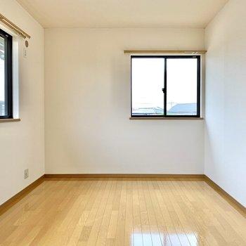 【洋室】広さの目安としては、ダブルベッドやデスクが置けるくらい。