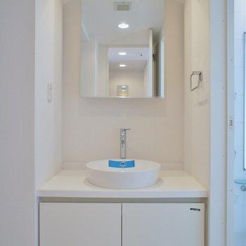 シンプルな洗面台。※写真は714号室のもの