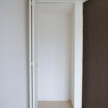 お部屋の収納はこちらと。※写真は714号室のもの